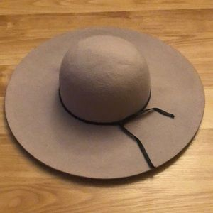 Accessories - Wide-brim hat